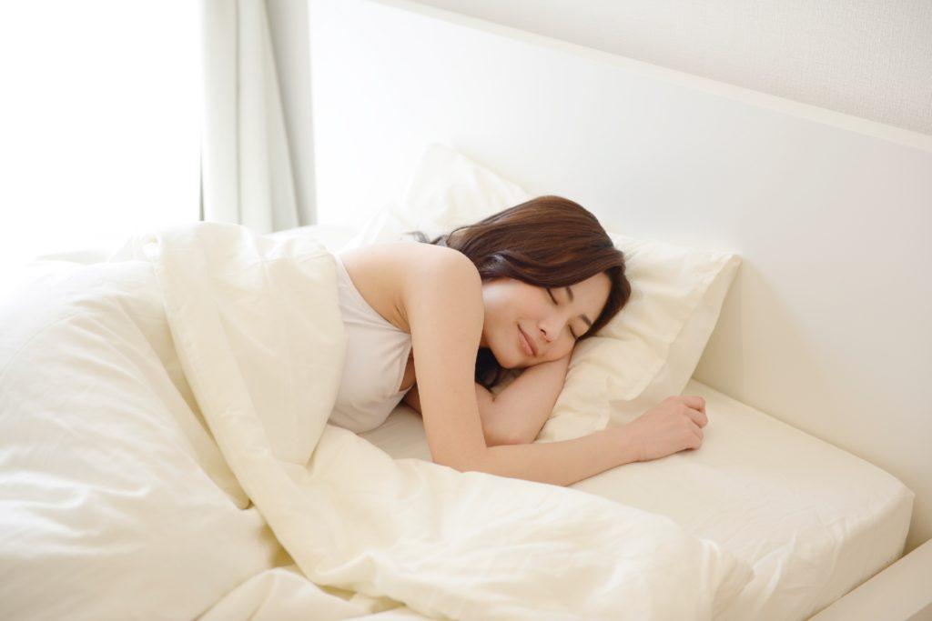 妊娠後期に入り、激しい胎動・足のつりなどで眠れない! 原因と対策は?